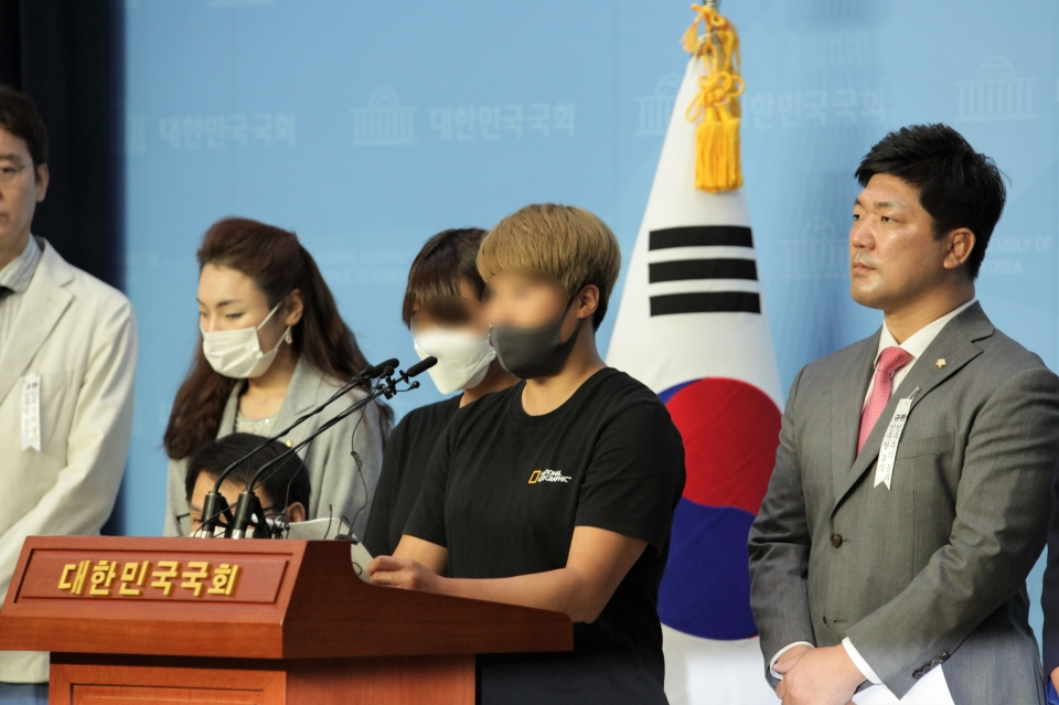 6일 오전 서울 여의도 국회의사당에서 이용 미래통합당 의원은 '故 최현숙 선수 사건 관련 추가 피해자' 기자회견을 열고 한 피해자는 발언중이다. ⓒ홍수형 기자