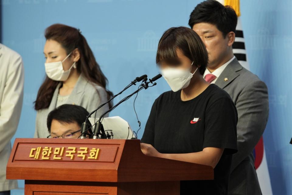 6일 오전 서울 여의도 국회의사당에서 이용 미래통합당 의원은 '故 최현숙 선수 사건 관련 추가 피해자' 기자회견을 열고 한 피해자는 발언중이다.ⓒ홍수형 기자