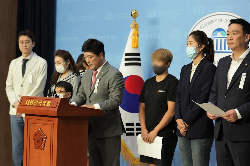 6일 오전 서울 여의도 국회의사당에서 이용 미래통합당 의원은 '故 최현숙 선수 사건 관련 추가 피해자' 기자회견을 열고 발언중이다. ⓒ홍수형 기자
