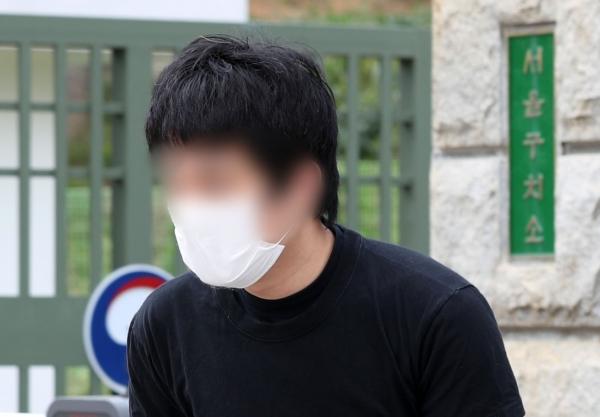 세계 최대 아동 성 착취물 사이트 '웰컴 투 비디오' 운영자인 손정우 씨가 6일 오후 미국 송환 불허 결정으로 석방돼 경기도 의왕시 서울구치소를 나서고 있다. ⓒ뉴시스