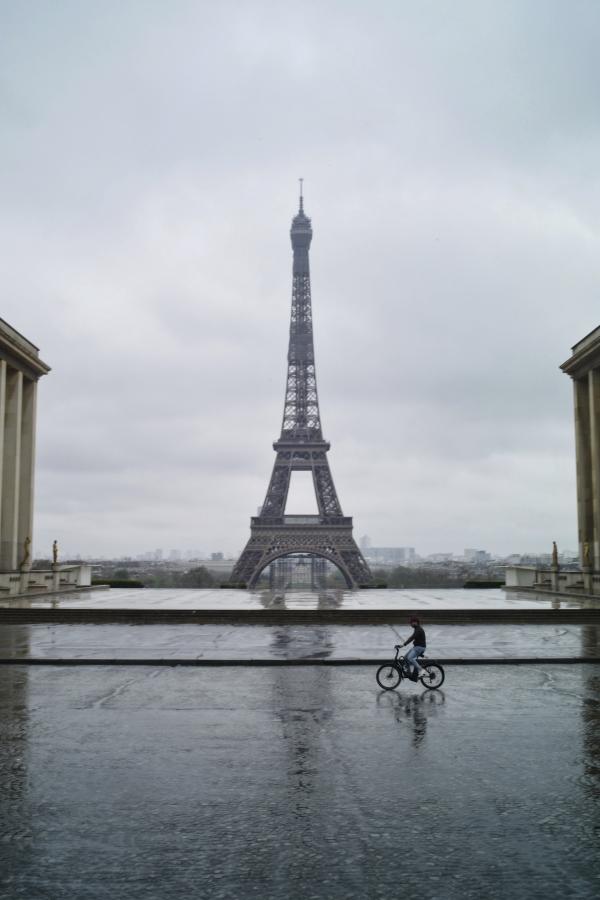 지난 4월 6일 코로나19로 프랑스가 봉쇄된 가운데 파리 에펠탑 앞 텅 빈 광장을 한 남성이 자전거를 타고 지나고 있다. ©파리=AP/뉴시스