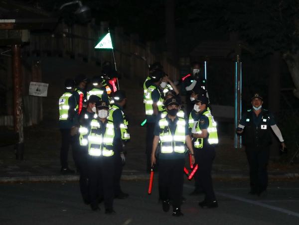 박원순 서울시장이 연락두절됐다는 신고가 접수되어 9일 경찰들이 서울 종로구 와룡공원 일대를 수색하고 있다.ⓒ뉴시스.여성신문