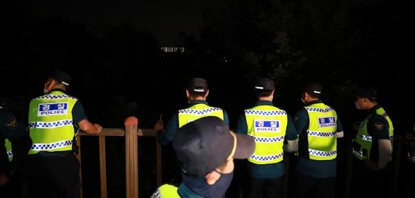 박원순 서울시장이 연락두절됐다는 신고가 접수되어 9일 경찰들이 서울 종로구 와룡공원 일대를 수색하고 있다. 박 시장은 결국 숨진 채 발견됐다. ⓒ뉴시스·여성신문