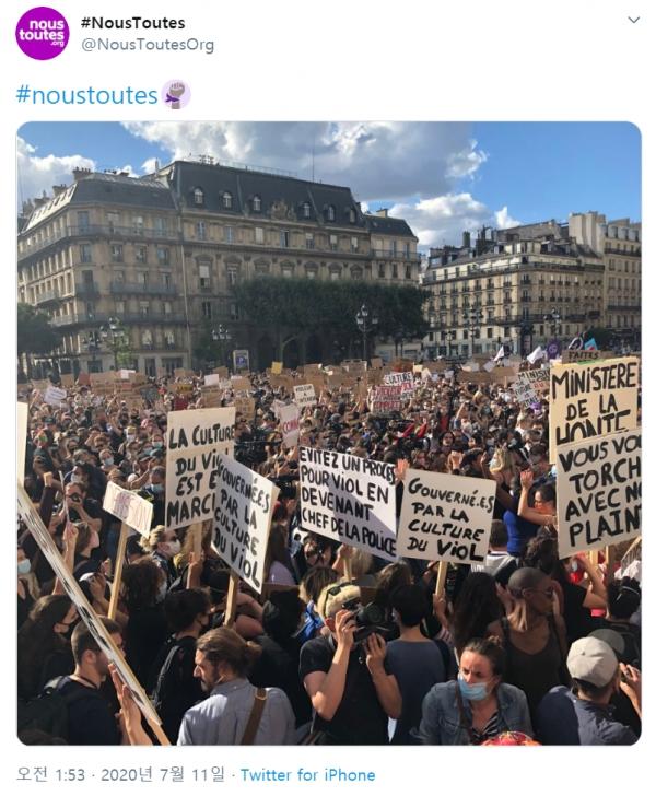 제랄드 다르마냉 프랑스 내무장관과 에릭 듀퐁 모레티 법무장관 임명에 반대해 지난 10일 파리 시청 앞에 모인 1000여 명의 시위대. ⓒ프랑스 여성단체 'Nous Toutes' 트위터 게시물 캡처