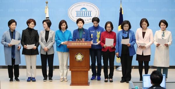 더불어민주당 백혜련 전국 여성위원장을 비롯한 여성의원들. ⓒ뉴시스·여성신문