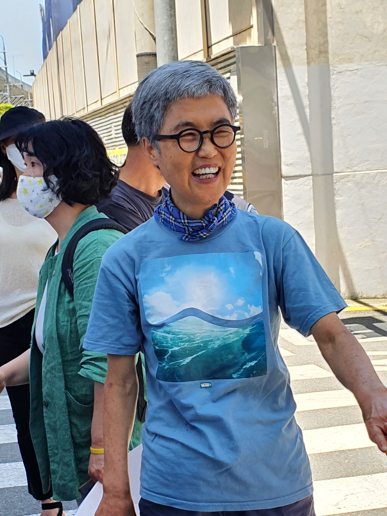 지난 6월 23일 복직 촉구 기자회견을 마치고 참석자와 인사를 나누는 김진숙