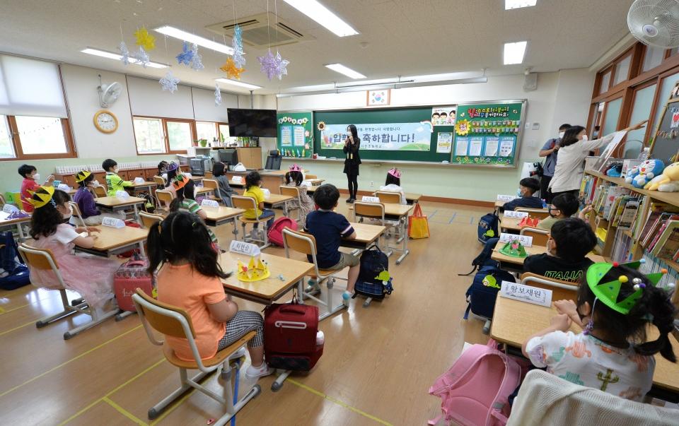 울산 중구 다전초등학교 1학년 학생들이 교실에서 교사와 첫 인사를 나누고 있다. ©여성신문·뉴시스