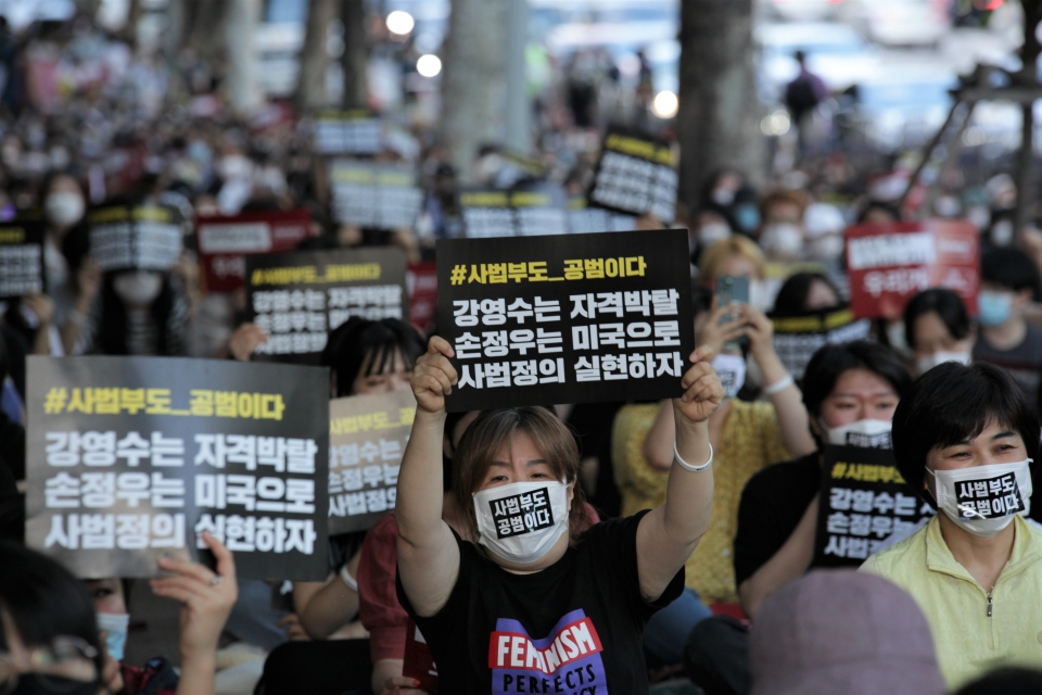 10일 오후 서울 서초구 서초역 8번 출구 앞에서 한국여성단체연합은 '분노한 우리가 간다' 기자회견을 열었다. ⓒ홍수형 기자