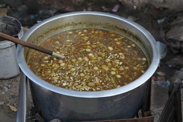 메추리알과 양파, 마늘이 듬뿍 들어간 모힝가 육수 ©조용경