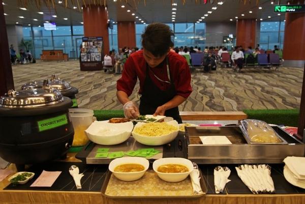 양곤 공항 로비에서 아침에 파는 모힝가 ©조용경
