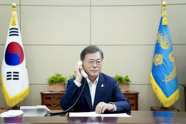 문재인 대통령이 28일 오후 재신다 아던 뉴질랜드 총리와 전화통화를 하고 있다. ⓒ뉴시스