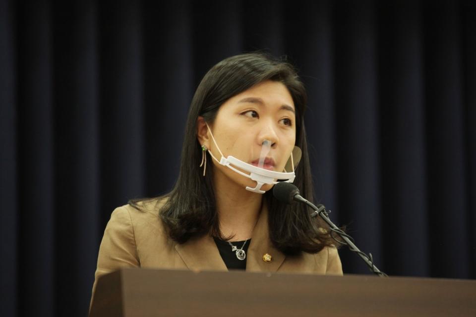 31일 오후 서울 여의도 국회 의원회관에서 신현영 더불어민주당 의원은 '우리 아이들의 성행동, 어떻게 바라봐야 할까' 토론회를 열고 신현영 더불어민주당 의원은 축사 발언을 하고 있다.