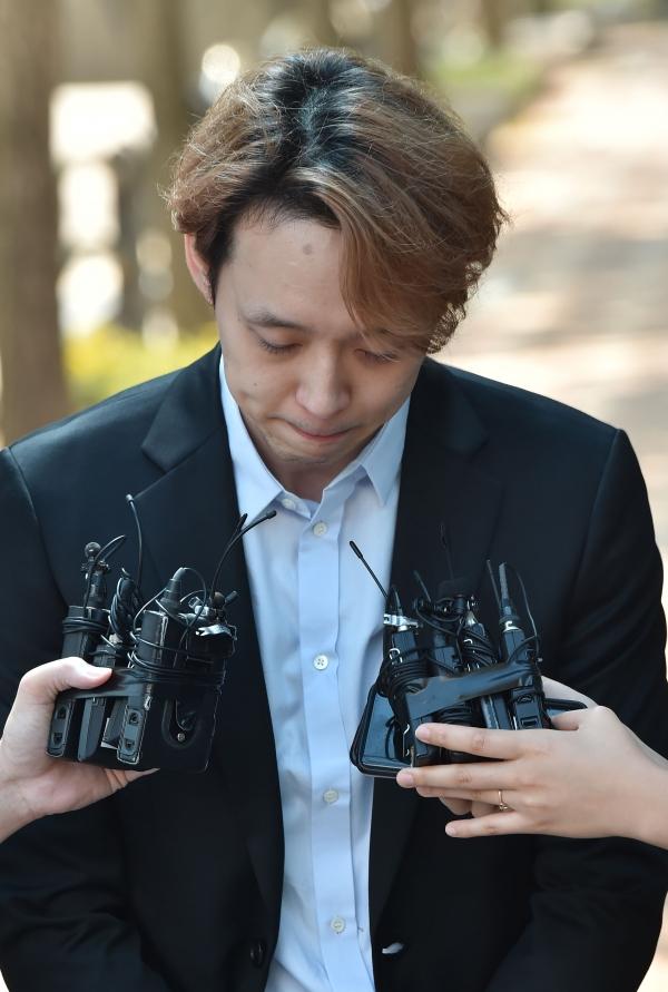마약 투약 혐의로 구속기소된 가수 박유천(33)씨가 1심에서 징역 10월에 집행유예 2년을 선고받고 2019년 7월 2일 오전 경기도 수원시 팔달구 수원구치소를 나오며 고개를 숙이고 있다. ⓒ뉴시스·여성신문