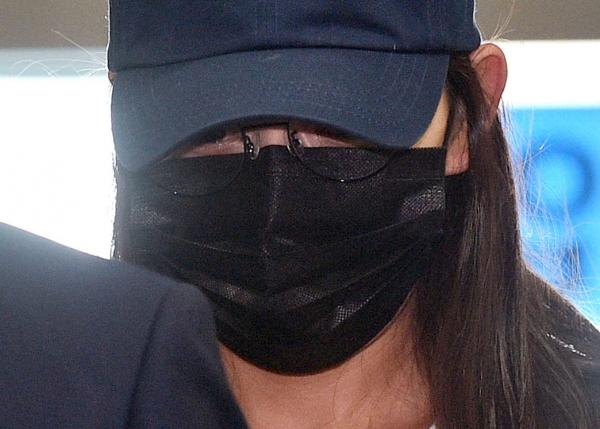 고(故) 최숙현 선수 사망 사건과 관련해 가혹행위 한 혐의를 받는 장윤정 전 주장이 법원의 구속 전 피의자심문(영장실질심사)을 받기 위해 5일 오후 대구지방법원으로 출석하고 있다. ⓒ뉴시스·여성신문