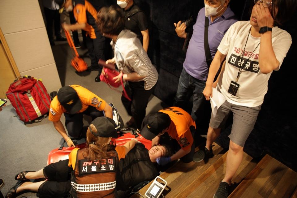 5일 오후 서울 중구 대한상공회의소에서 가습기살균제참사가 '가습기살균제 피해구제법 허위법령 개정안'공정회를 열고 환경부 담당자들이 자리를 피하려고하자 몸싸움을 벌이다 한 피해자가 부상을 입어 누워있다. ⓒ홍수형 기자