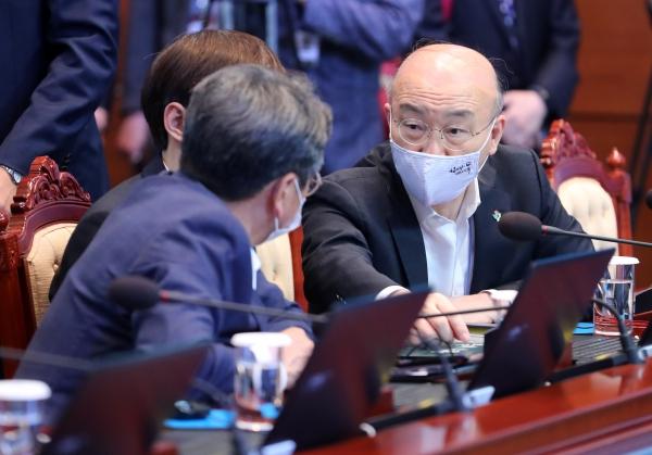 김조원(오른쪽) 민정수석이 8일 청와대 여민관에서 열린 수석·보좌관 회의에 참석해 강기정 정무수석과 대화하고 있다. ⓒ뉴시스·여성신문