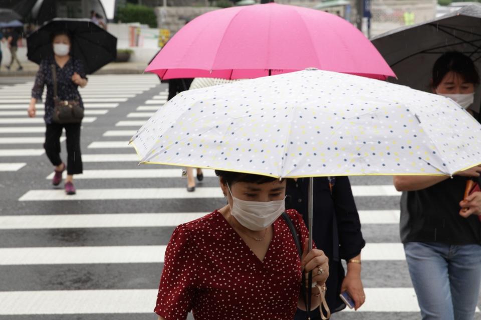 10일 오후 서울 여의도 국회의사당역 앞에서 시민들은 비를 피하기 위해 발걸음을 빠르게 옮기고 있다. ⓒ홍수형 기자