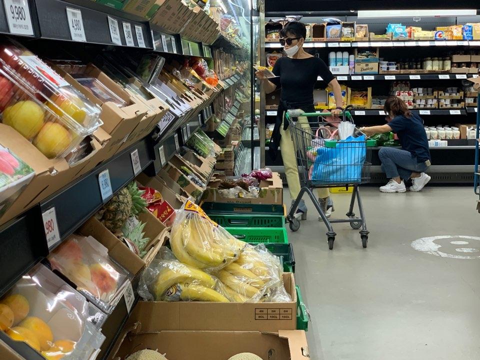 10일 오후 서울 여의도에 위치한 한 마트에서 이번 긴 장마와 최고기록을 새운 집중호우로 농가 피해로 채소와 과일 등 가격이 인상하여 한 여성은 가격을 자세히 보고 있다. ⓒ홍수형 기자