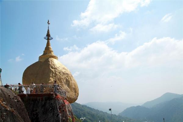 1,102m 산 정상에 서있는 황금바위의 위용. ©조용경
