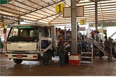 낀뿐 마을의 트럭 버스 정류장. ©조용경