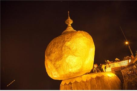 한밤중에 광채를 발하는 황금바위. ©조용경