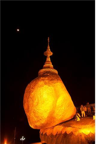 멀리 달이 비추어주는 밤의 황금바위. ©조용경