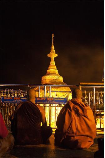 황금바위 앞에 좌정하고 기도하는 스님들. ©조용경