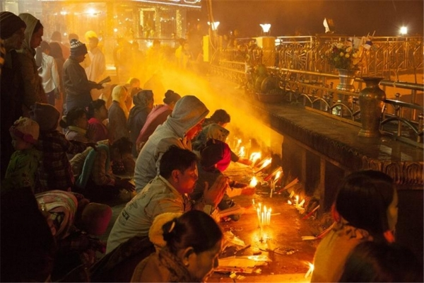 촛불을 켜고 향을 사르는 사람들. ©조용경