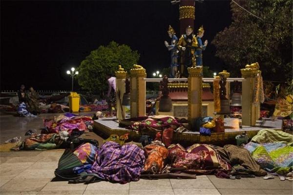 광장에서 담요 한 장으로 밤을 지내는 순례자들. ©조용경