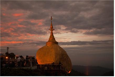 여명 속에서 은은하게 빛나는 황금바위. ©조용경