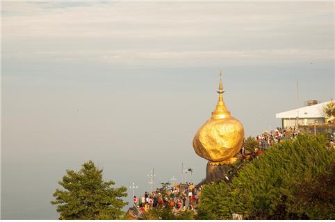 아침햇살을 받아 빛나는 황금바위. ©조용경