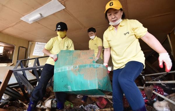 심상정 정의당 대표와 류호정 의원이 7일 경기 안성시 죽삼면의 한 수해현장을 찾아 복구활동을 하고 있다. ©뉴시스