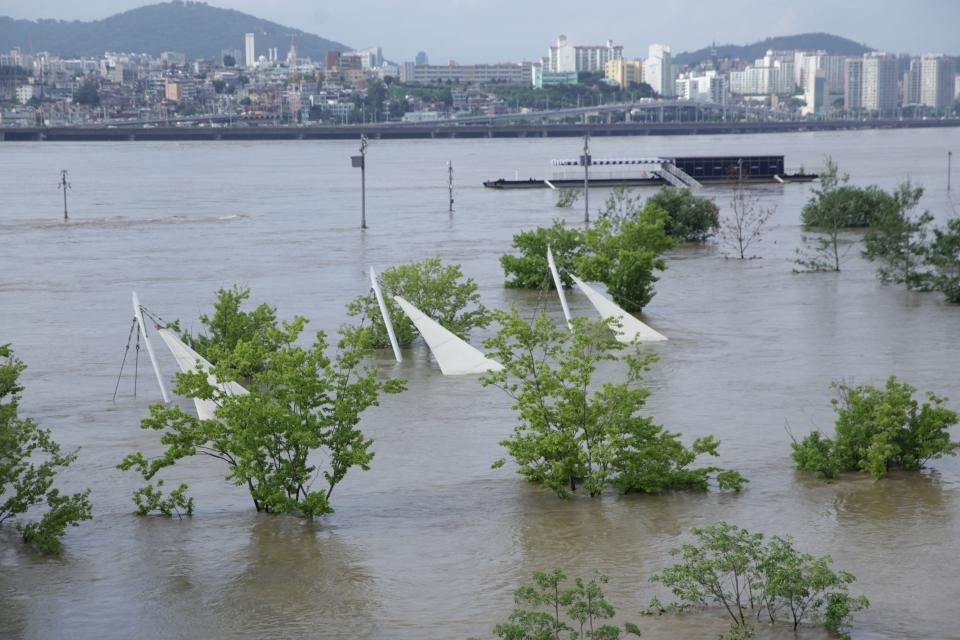 6일 오후 서울 서초구 잠수교는 이번 장마비로 한강 수위 상승으로 전면 통제 중이다. ⓒ홍수형 기자