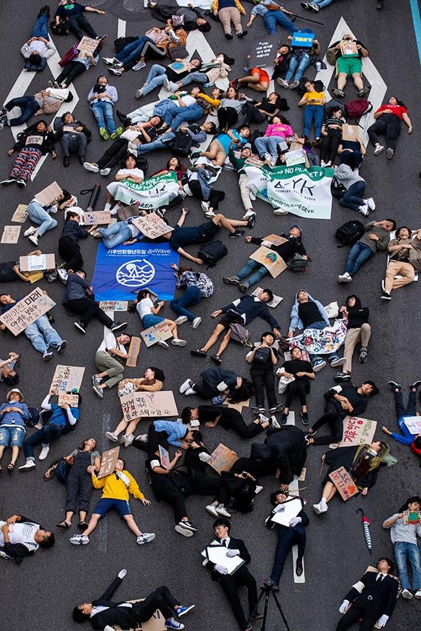국제 기후 파업 주간인 21일 오후 서울 종로구 종각역 사거리에서 열린 9.21 기후위기 비상행동 참가자들이 '기후 위기가 다가오면 생존의 위협이 다가온다'는 의미를 가진 퍼포먼스를 하고 있다. ⓒ뉴시스·여성신문