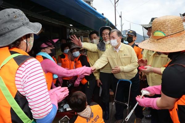 집중호우 피해현장 방문에 나선 문재인 대통령이 12일 전남 구례군 구례5일시장을 찾아 자원봉사자들을 격려하고 있다. ⓒ여성신문·뉴시스