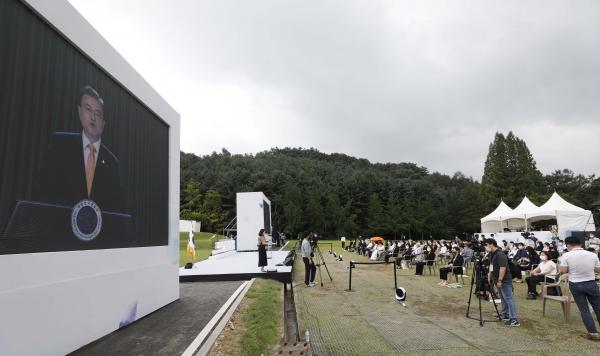 14일 충남 천안 국립망향의동산에서 '미래를 위한 기억'을 주제로 열린 일본군 위안부 피해자 기림의 날 정부기념식에서 문재인 대통령의 영상메세지가 상영되고 있다. ⓒ뉴시스·여성신문