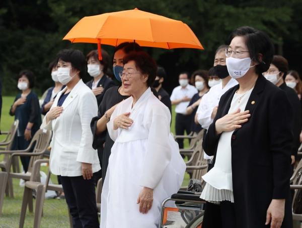 14일 충남 천안 국립망향의동산에서 '미래를 위한 기억'을 주제로 열린 일본군 위안부 피해자 기림의 날 정부기념식에서 이정옥 여성가족부 장관과 이용수 할머니, 각계 초청인사 등 참석자들이 국민의례를 하고 있다. ⓒ뉴시스·여성신문