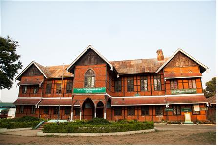 1920년대에 세워진 삔우린 시의 St. Michael School. Ⓒ조용경