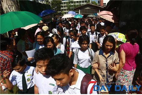 세딴 사메에쀄 시험을 마치고 나오는 미얀마 고등학생들. Ⓒ조용경