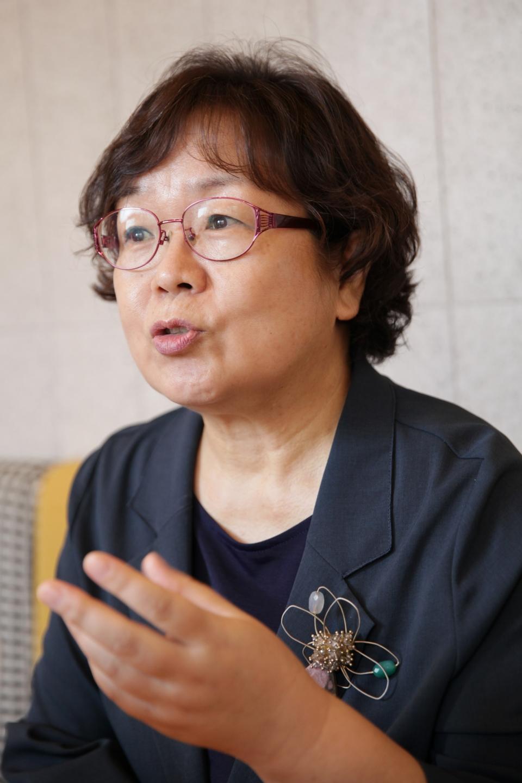 18일 오후 서울 서대문 한 가페에서 김미형 국어문화원연합회회장은 여성신문과 인터뷰를 하고 있다. ⓒ홍수형 기자