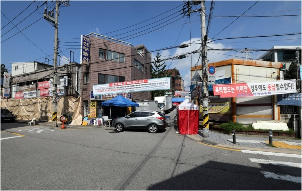 23일 오전 온라인(비대면) 예배를 앞둔 서울 성북구 사랑제일교회로 올라가는 길목이 보이고 있다. ⓒ여성신문·뉴시스