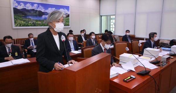 강경화 외교부 장관이 25일 오전 서울 여의도 국회에서 열린 외교통일위원회 전체회의에서 업무보고를 하고 있다. ⓒ여성신문·뉴시스