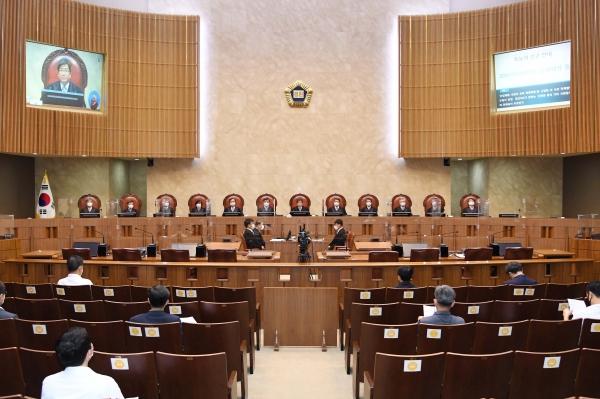 김명수 대법원장이 27일 서울 서초구 대법원에서 열린 대법원 전원합의체 선고공판에서 선고를 내리고 있다. ⓒ대법원