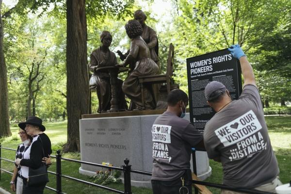 26일(현지시간) 미국 뉴욕의 센트럴파크에 처음으로 여성을 기리는 기념물인 '여성 인권 선구자 동상'이 들어서 관계자들이 안내판을 설치하고 있다. 조각가 메러디스 버그만이 만든 이 동상은 노예 출신 흑인해방운동가 소저너 트루스, 노예제 폐지 운동가이며 미국 최초의 여성 참정권자인 수잔 B 앤서니, 여성인권운동가 엘리자베스 스탠턴의 형상을 따서 만들었다. ⓒ여성신문·뉴시스