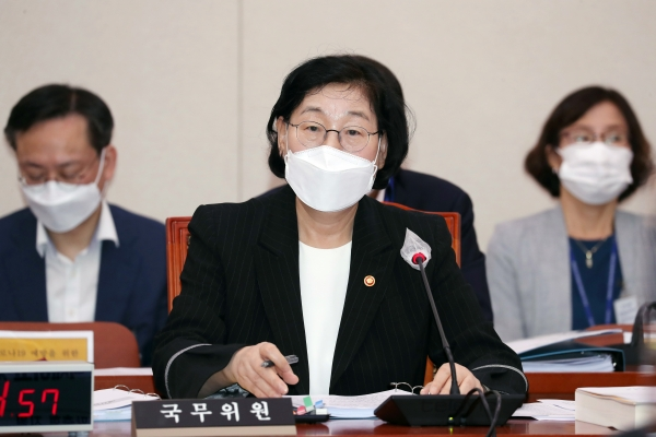 이정옥 여성가족부 장관이 1일 서울 여의도 국회에서 열린 여성가족위원회 전체회의에서 의원들의 질의에 답변하고 있다. Ⓒ여성신문·뉴시스