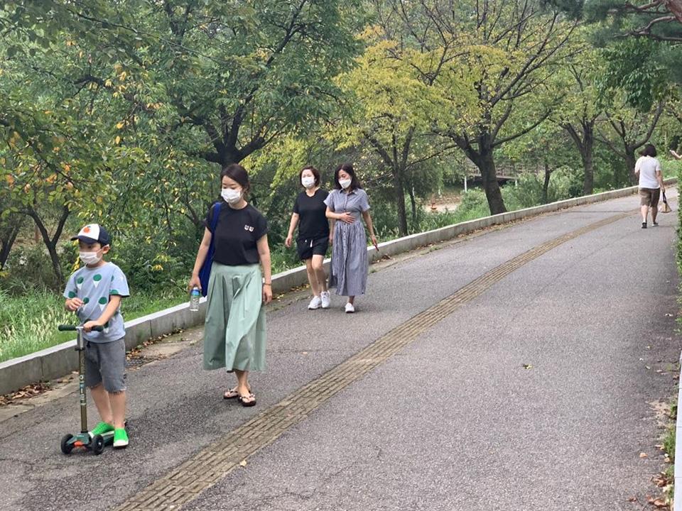 3일 오후 경기도 성남시 한 공원에서 시민들은 태풍 9호 '마이삭'이 지나간 후 산책을 즐기러 나왔다. ⓒ홍수형 기자