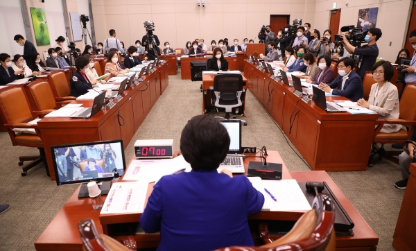 지난 달 3일 열린 국회 여성가족위원회 전체회의 모습. Ⓒ여성신문·뉴시스