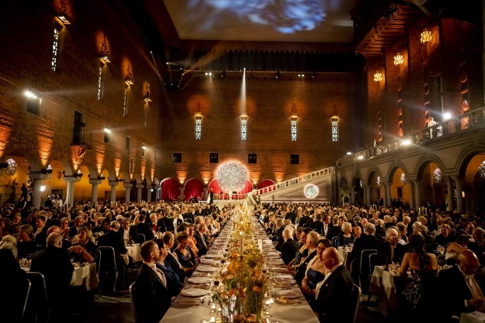 지난해 12월 10일(현지시간) 스웨덴 수도 스톡홀름 시청사 블루홀에서 열린 노벨상 시상식 연회 모습. 올해는 코로나19 확산으로 연회는 열리지 않는다. © Nobel Media