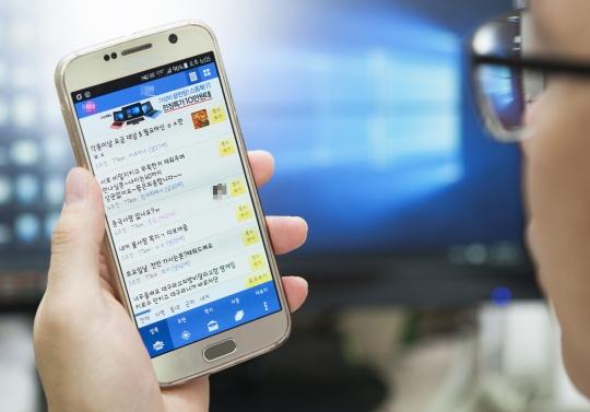 한 남성이 채팅 애플리케이션을 살펴보고 있다. 채팅 애플리케이션을 통한 아동 청소년 대상 성매매가 급증하고 있다. ⓒ이정실 사진기자