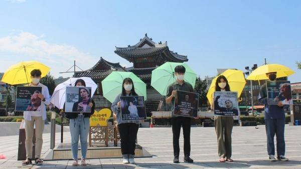 전북지역 대학생겨레하나는 이날 평화의 소녀상이 설치된 전주시 풍남문광장에서 1456차 수요 시위를 진행했다. ⓒ전북지역 대학생겨레하나